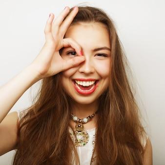 Femme à la recherche de quelque chose avec les yeux grands ouverts
