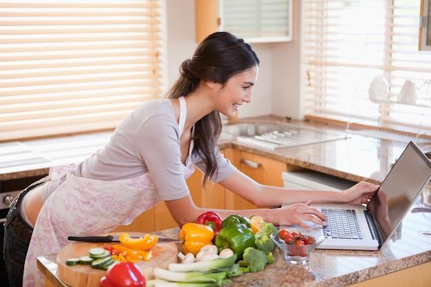 Femme à la recherche d'une recette sur internet