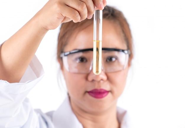 Femme recherche scientifique à la recherche de solution en tube
