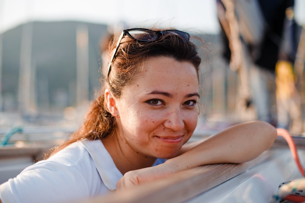 Femme à la recherche et souriant et en short jeans et t-shirt à séduire la journée.