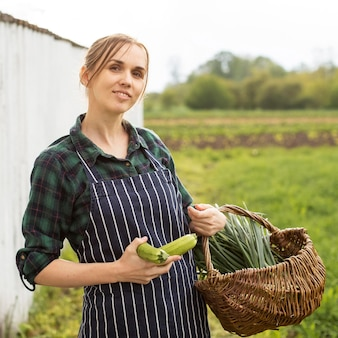 Femme, récolte, legumes