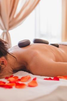 Femme de récolte relaxante sur la table de massage