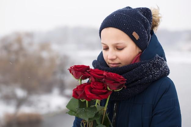 La femme a reçu un bouquet de roses rouges en cadeau le jour de la saint-valentin