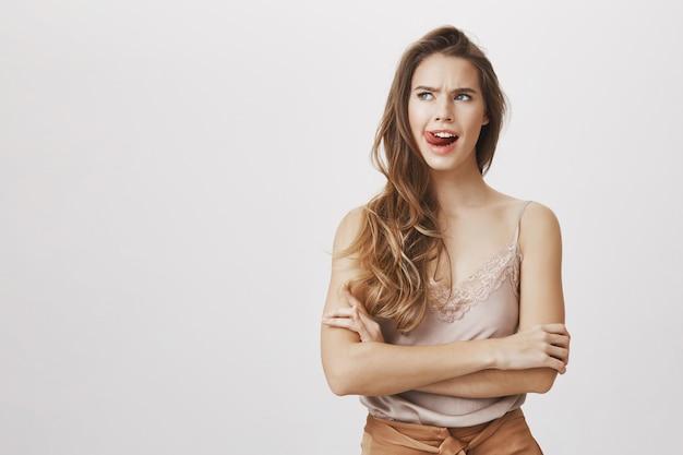 Femme réfléchie bâton de langue, pensant