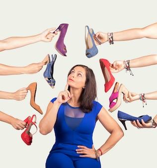 Femme réfléchie décider quelle chaussure elle veut