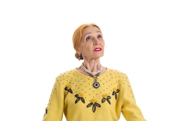 Femme réfléchie recherchant des idées et des théories isolées de vieille dame
