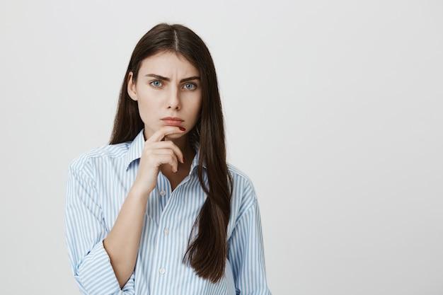 Femme réfléchie suspecte ayant des doutes