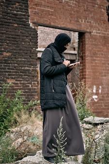 Femme réfugiée à l'aide de téléphone