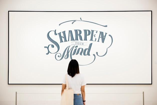 Femme regardant l'affiche de motivation