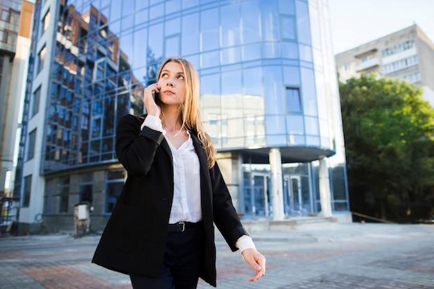 Femme regardant ailleurs en marchant