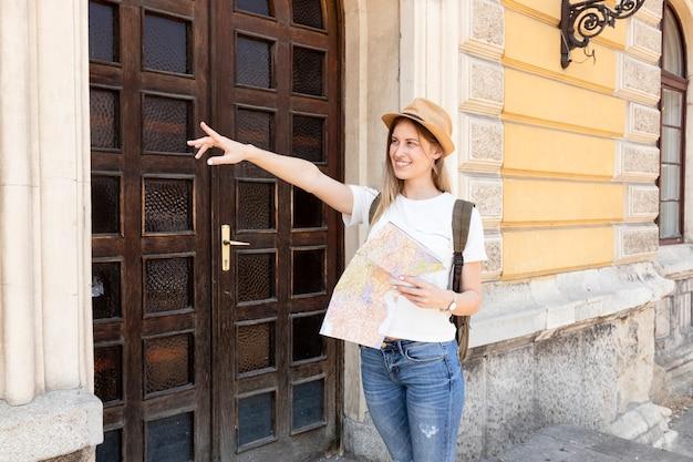 Femme regardant ailleurs et pointant