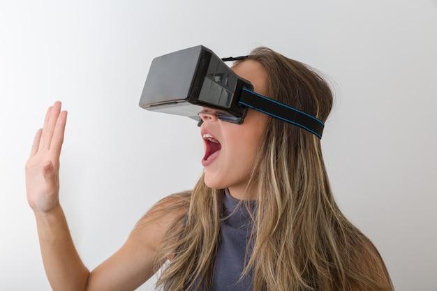 Femme regardant avec un appareil vr et se sentant excitée