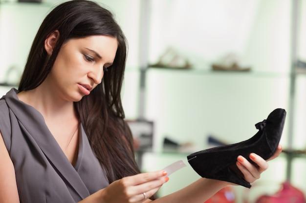 Femme regardant l'étiquette de prix