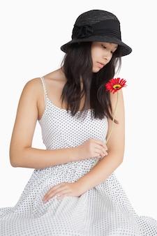 Femme regardant une fleur