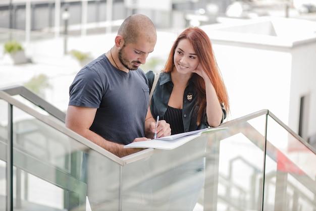 Femme regardant l'homme travaillant avec des papiers