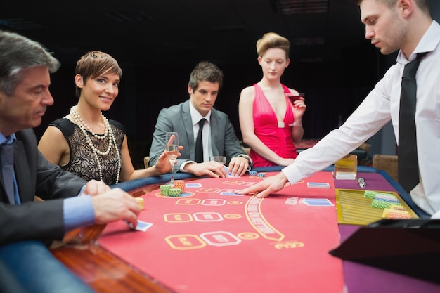 Femme regardant de jeu de poker et souriant
