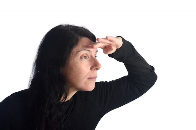 Femme regardant avec la main sur le front