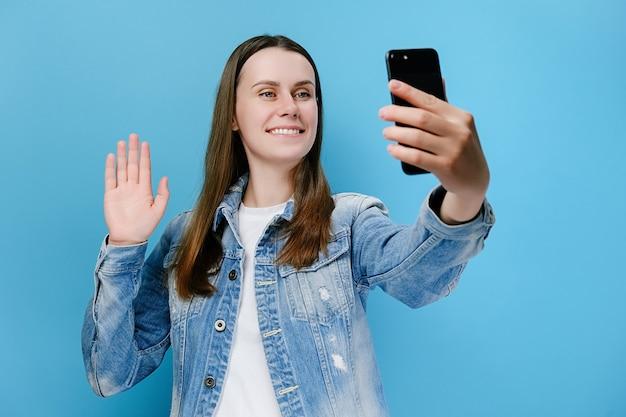 Femme regardant mobile faire un appel vidéo