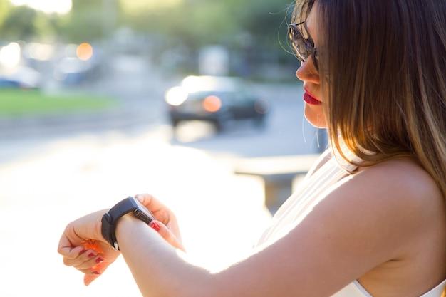 « femme regardant la montre intelligente »