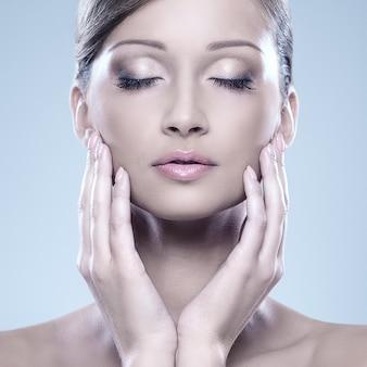 Femme regardant naturelle profiter de sa beauté