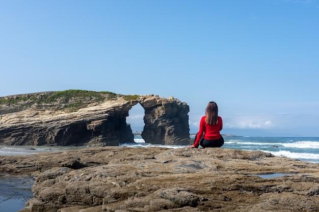 Femme regardant le paysage de la plage des cathédrales en galice espagne - playa de las catedrales