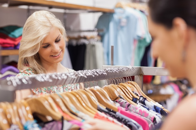 Femme regardant le portemanteau avec un ami