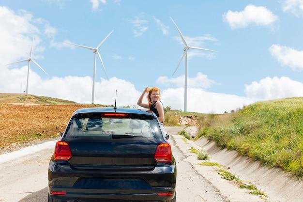 Femme regardant la route par la fenêtre de la voiture