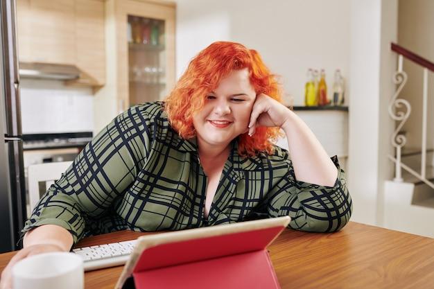 Femme regardant la série télévisée