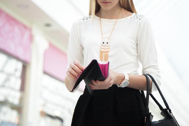 Femme regardant son sac à main