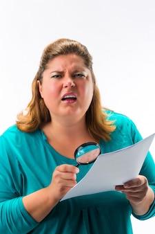 Femme regardant à travers une loupe ou une loupe