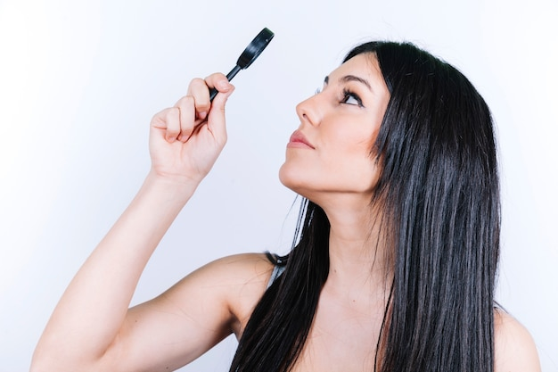 Femme Regardant à Travers Le Miroir Photo gratuit