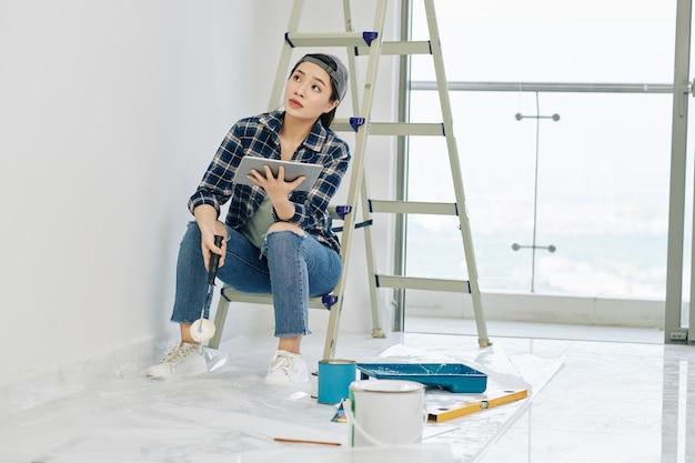Femme regardant tutoriel sur la peinture des murs