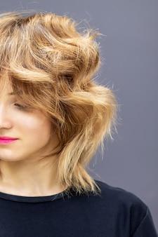 Femme regardant vers le bas avec une longue coiffure rouge ondulée