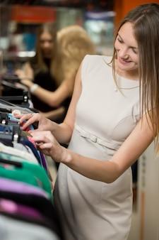 Femme regardant les vêtements