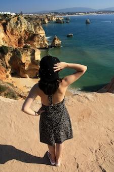 Femme regarde la mer