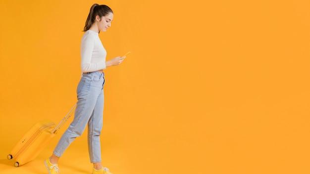 Femme regarde, sur, smartphone