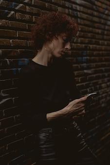 Femme regarde son téléphone