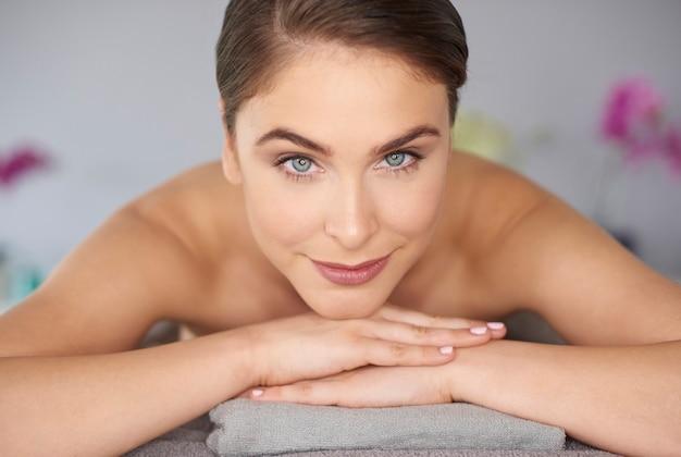 Femme relaxante au spa