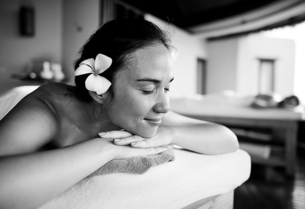Femme relaxante d'une cure thermale