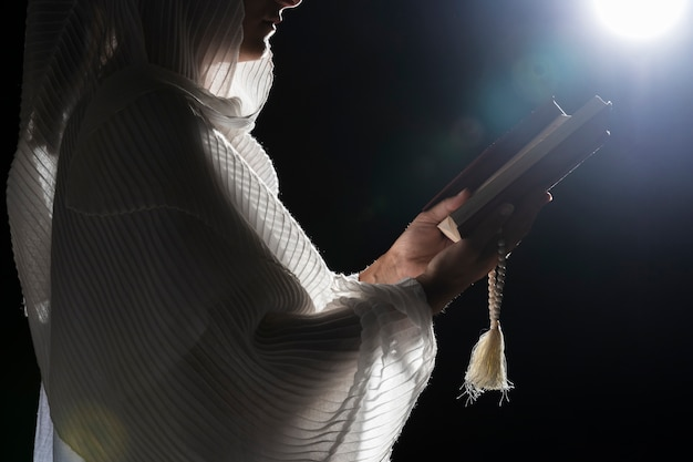 Femme religieuse priant à la pleine lune