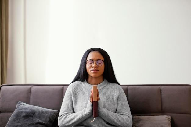 Femme religieuse tenant un livre