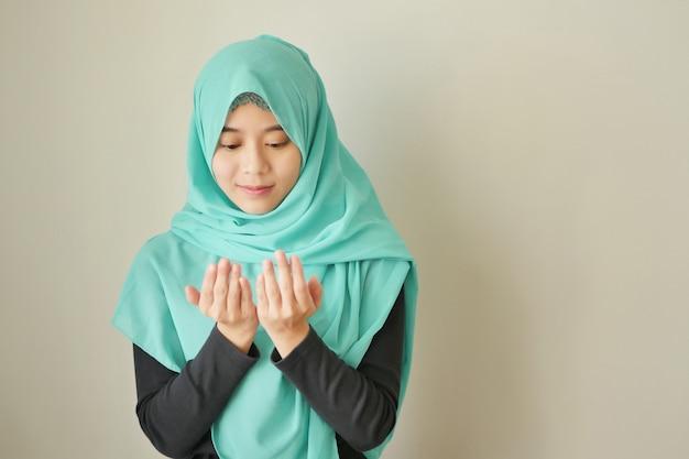 Femme de religion islamique musulmane priant