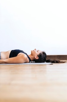 Femme de remise en forme dans une pose shavasana