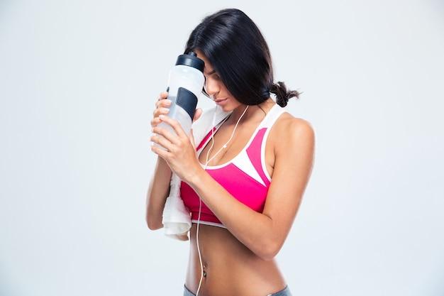 Femme de remise en forme tenant une bouteille avec de l'eau
