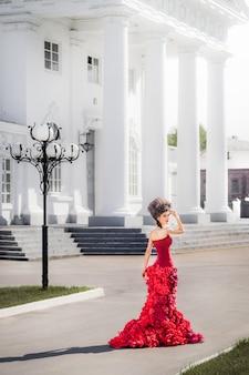Femme renaissance, entre, près, blanc, bâtiment