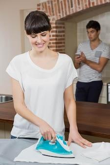 Femme, repassage, chemise, homme, utilisation, téléphone portable