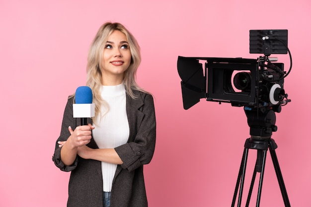 Femme reporter avec une pensée de caméra