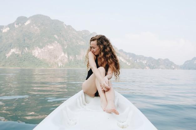 Femme, reposant, canoë, lac