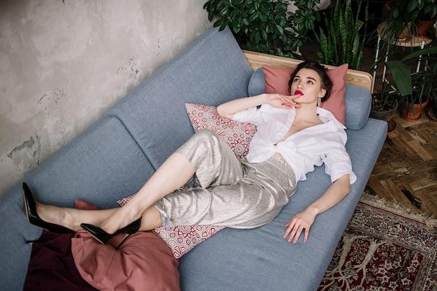 Femme reposante sur le lit