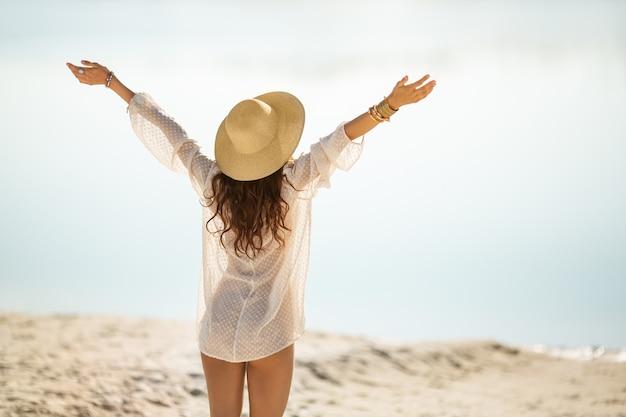 Femme, reposer, plage, pendant, vacances